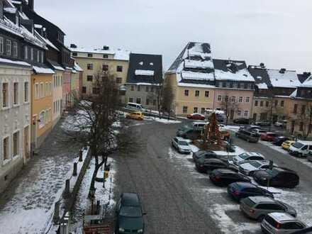 Über den Dächern der Stadt: Zweiraum-Wohnung am Marktplatz in Wolkenstein zu vermieten
