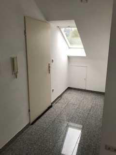 Gepflegte Single-Dachgeschoss-Wohnung mit Einbauküche in Kleinostheim