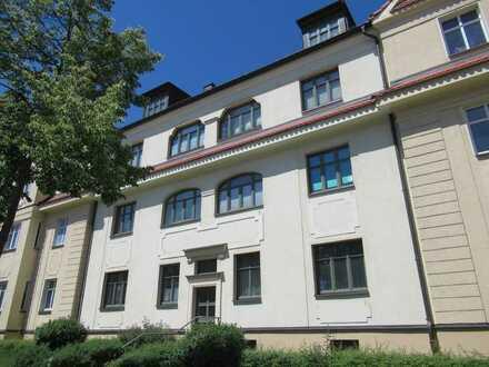 Schöne Wohnung mit Balkon in sanierter Stadtvilla mit parkähnlichem Grundstück, Stellplatz möglich