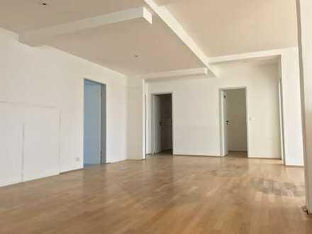 Komplette Etage mit 5 Zimmern, direkt am Rathausplatz, ca. 130 qm