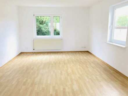 SOFORT BEZUGSFREI: 4-Zimmer Erdgeschosswohnung mit Balkon, Tageslichtbad und riesigem Wohnzimmer!