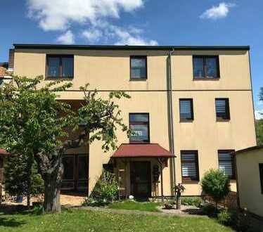 Wohnen in ruhiger, stadtnaher Lage! Dreifamilienhaus mit Doppelgarage und sonnigem Grundstück!