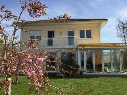 Modernes Einfamilienhaus mit Wintergarten und großem Garten