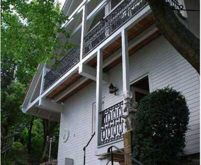 Freistehendes, lichtdurchflutetes Holz - Architektenhaus in Hanglage und herrlicher Aussicht