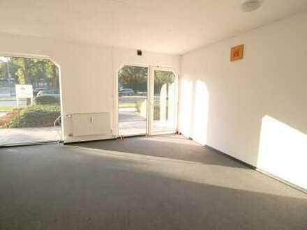 Gewerbefläche mit großer Schaufensterfront, 4 Stellplätzen und Außenbereich - Umnutzung möglich