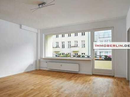 IMMOBERLIN: Tiefgaragenplatz! Feine Wohnung mit Balkon & Fahrstuhl