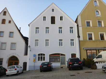 Neuwertige Wohnung mit drei Zimmern und Balkon in Sulzbach-Rosenberg