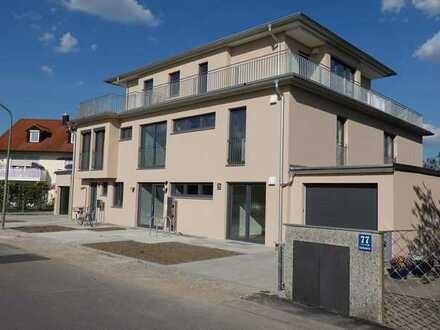 Großzügige 3-Zimmer-Gartenwohnung in Dreifamilienhaus mit 3 Terrassen und EBK. Neubau- Erstbezug