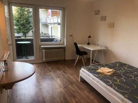 Wohnen auf Zeit: Möbliertes Zimmer mit eigenem Balkon, Gemeinschaftsküche - und Bäder, zentrale Lage