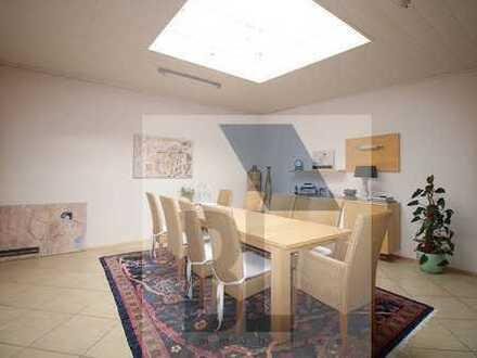 Modernes, freistehendes Einfamilienhaus mit großer Gewerbeeinheit