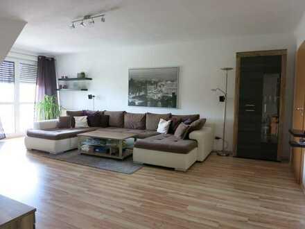 Sehr schöne DG-Wohnung mit drei Zimmern und zwei Balkonen in Salz