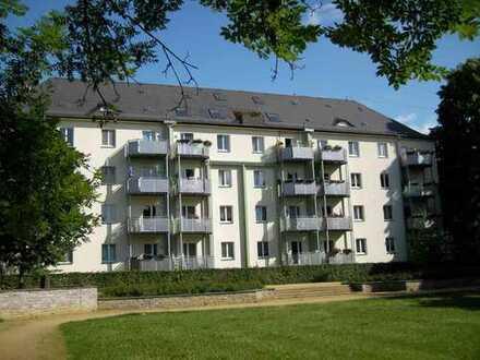 WG-geeignet: Ruhig gelegene 2 Raum Wohnung am Park mit Balkon und großer Wohnküche