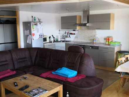 Vollständig renovierte 3-Zimmer-Hochparterre-Wohnung mit Balkon und Einbauküche in Schramberg