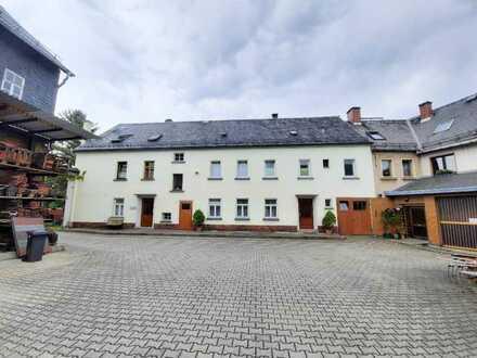 * Bauernhaus mit Lager/Scheune + ggf. Ländereien *