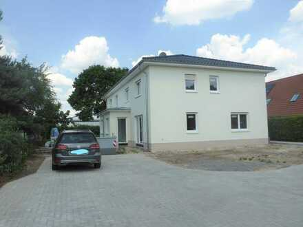 Ein Plätzchen im Grünen und in nur 20 Minuten zu TESLA! Modernes, neu gebautes Doppelhaus!