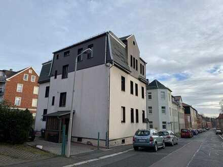 Zwei-R.-Whg., vermietet, offene Tageslicht-Küche, Bad m. Fenster, Wanne u. WMA, Einzelgarage