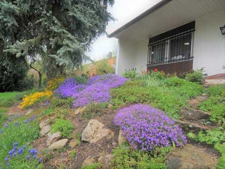 Sonniges Einfamilienhaus mit Einliegerwohnung und Traumgarten