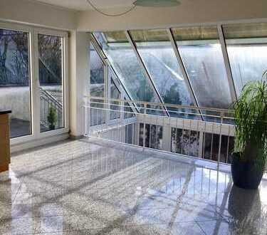 Top renoviert! Bezugsfrei! Großzügige Maisonette-Galerie-Wohnung mit Einbauküche und Terrasse!