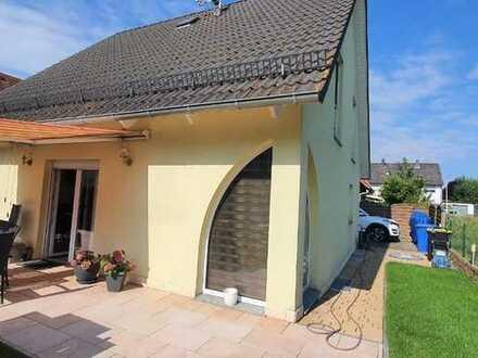 Tolles freistehendes Einfamilienhaus mit 2 PKW-Stellplätzen!