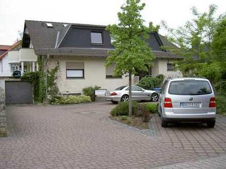 Repräsentative und großzügige 5 Zi.-Wohnung mit eigenem Garten in Bestlage!