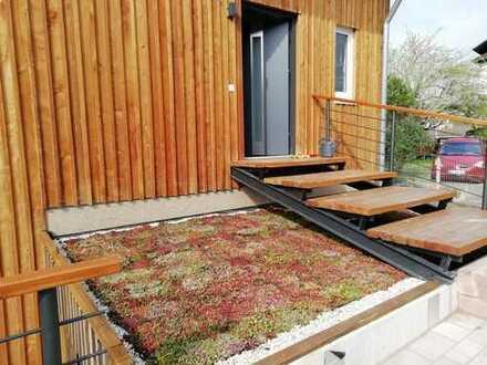 Architektonisch stilvolles, freistehendes Haus mit Balkon und Garten in ökologischer Bauweise