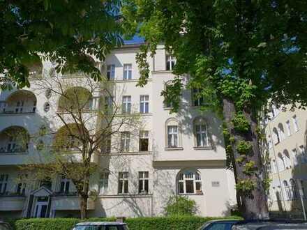 Berlin-Friedenau: Vermiete Altbauwohnung mit 2 Zimmern, Westbalkon und etwas Rendite