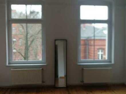 große, sehr helle und zentrale 4-Raum-Altbauwohnung