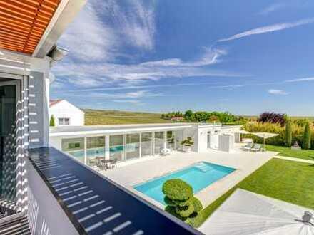 Großzügige Villa mit uneinsehbarem, parkähnlichen Garten mit Pool
