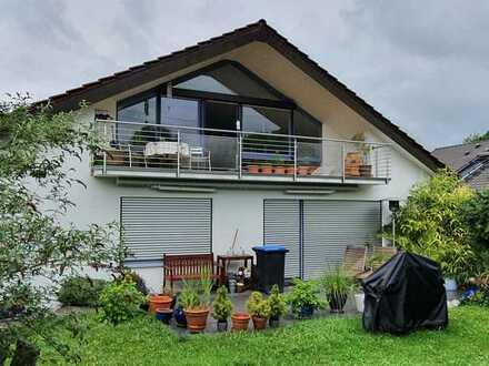 Lichtdurchflutete 3,5-Zimmer-DG Wohnung mit Balkon und EBK in Aidlingen