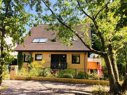 Freistehendes Einfamilienhaus mit schönem Garten für eine Familie