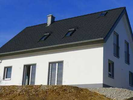 Erstbezug in Plech: Schön gelegenes, top-ausgestattetes Einfamilienhaus mit 2 Garagen und Einb