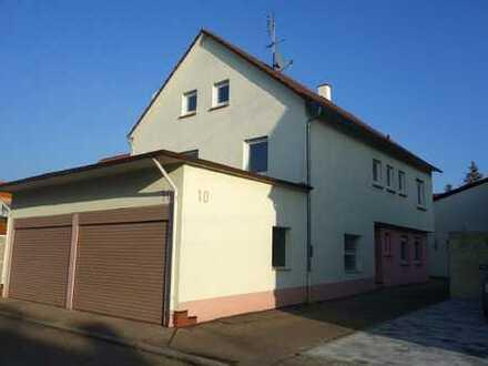 großes Haus, Garage mitten im Ort