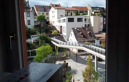 Exklusive, neuwertige 2-Zimmer-Wohnung mit Balkon und Einbauküche in Weinheim Zentrum.zum Teil