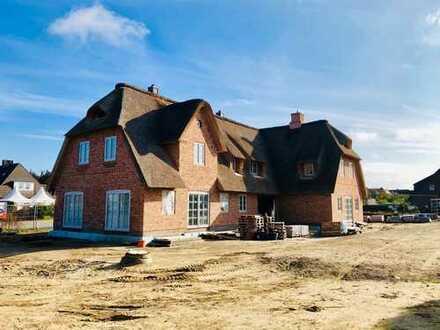 Großzügige Neubau-Hausteile unter Reet in strandnaher Lage - 2 Ferienwohnungen und 1 Dauerwohnung -