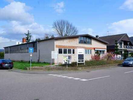 Produktionshalle mit viel Freifläche und einem Einfamilienhaus zum Wohnen.