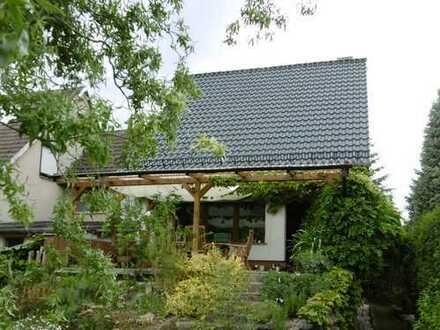 Gepflegtes Haus mit großem, idyllischen Garten und Pool