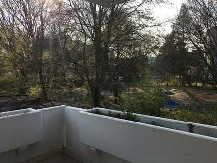 Großzügig geschnittene 5-Zimmer-Wohnung mit Balkon und Blick ins Grüne in Nürnberg