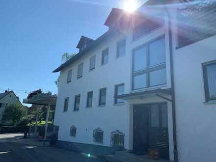 Großzügig geschnittene 7-Zimmer Wohnung in Welden-Reutern