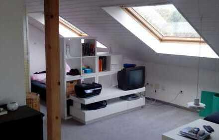 Stilvolle, geräumige und gepflegte 1-Zimmer-DG-Wohnung mit Balkon und EBK in Feldafing