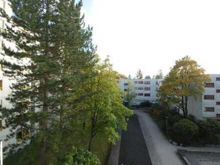 Gut geschnittene familiengerechte 4-Zimmer Wohnung mit großer Loggia in München-Großhadern