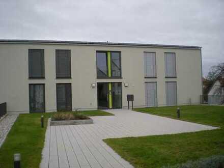 Schöne + neuwertige 2 Zimmer - Mietwohnung mit Balkon / Loggia und 2 TG-Stellplätzen in Top Lage !