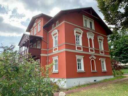 Moderne 3 Raumwohnung mit Balkon in repräsentativer Villa