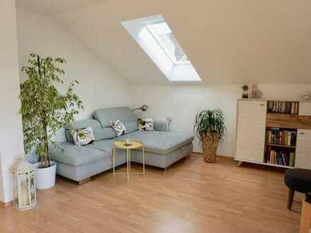 **BEFRISTET für 3 Monate** - Stilvolle, gepflegte 2-Zimmer-DG-Wohnung + Balkon + EBK in Schongau