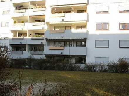 Geräumige und modernisierte 2-Zimmer-EG-Wohnung mit Balkon und Einbauküche in Gerlingen