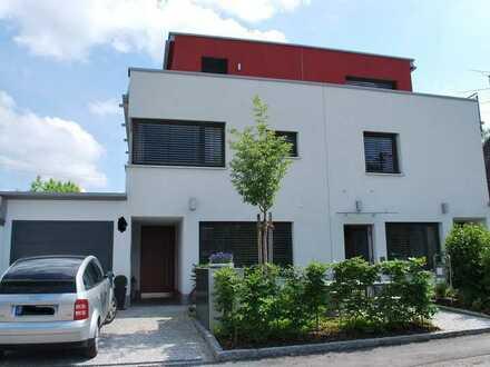 Traumhafte Doppelhaushälfte im Bauhausstil mit Garten in München, Lochhausen