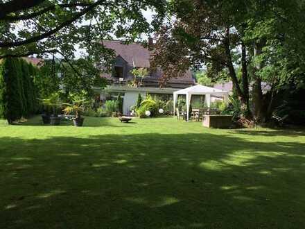 Stilvolles EFH mit vielen Extras und traumhaften Garten in ruhiger Waldrandlage von Privat