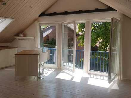 Freundliche, helle Dachgeschosswohnung mit neuer Einbauküche und Kamin in ruhiger Lage