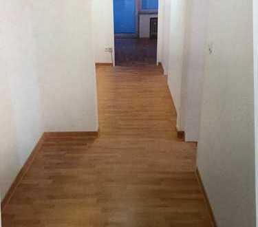 Komplett renovierte 3 Zimmer Wohnung mit großem Balkon
