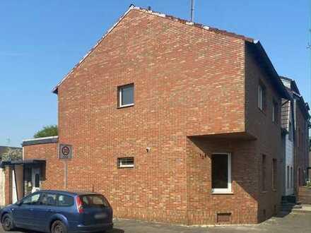 Frechen: Familienideales Rotklinkerhaus mit 4 Garagen und sonnigem Gartenhof in zentraler Wohnlage