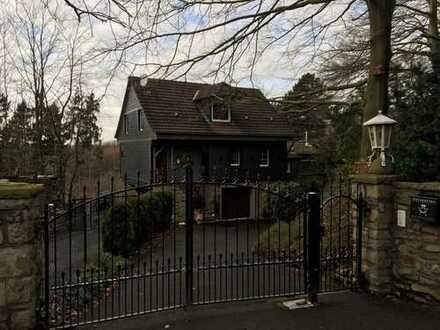 Sonnig wohnen am Ahlenberg - aufwendig renovierte Wohnung mit Garten